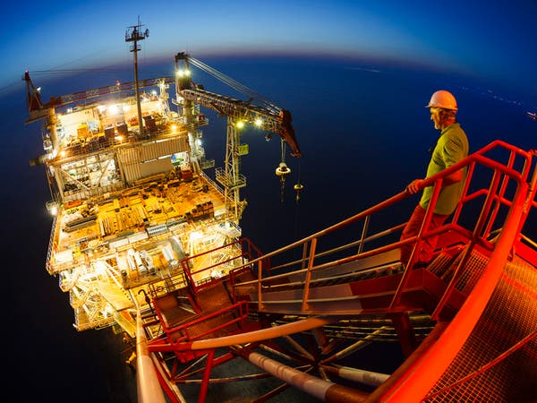 تراجع المخزونات الأميركية يدعم النفط وبرنت فوق 60 دولارا