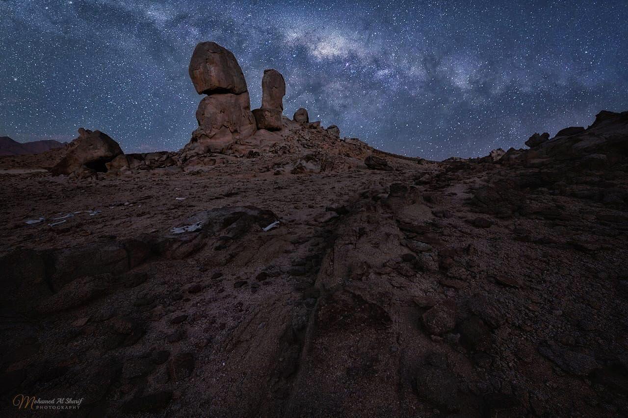 قمة جبل رال تحت وهج المجرات
