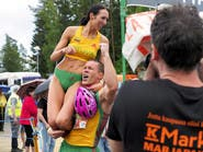 """حملها 252 متراً سباحة وقفزاً ليفوزا بمسابقة """"حمل الزوجة"""""""