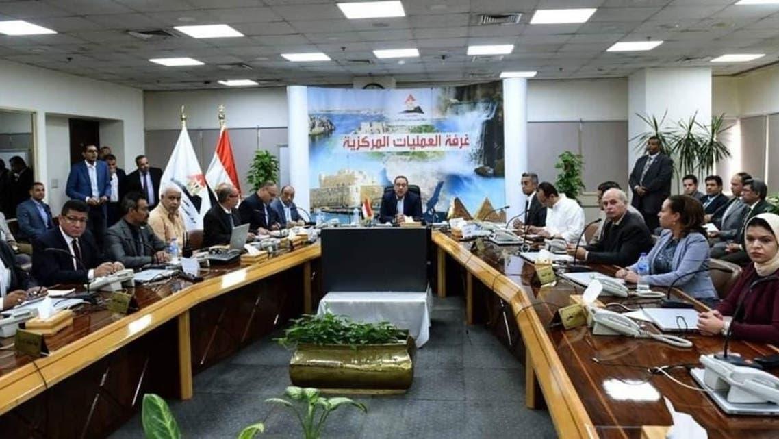 صورة رئيس الوزراء المصري يتابع الموقف من غرفة العمليات بعد رفع أسعار الوقود