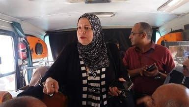 بالفيديو.. مسؤولة مصرية تتخفى وسط الركاب لهذا السبب!