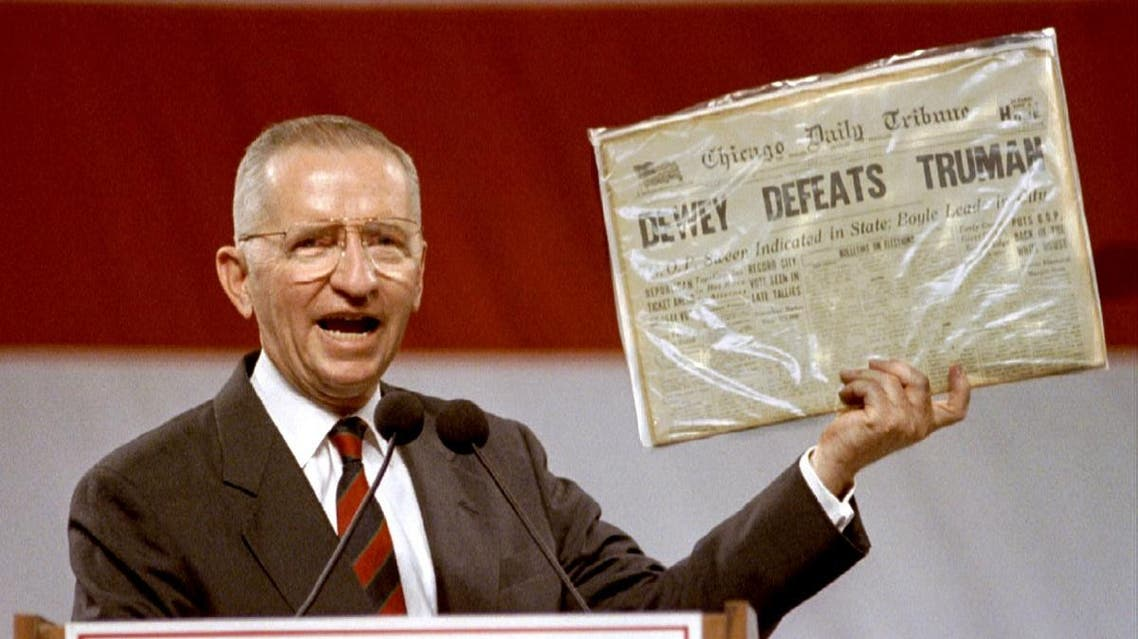 Independent Presidential candidate Ross Perot holds aloft a historic newspaper that declared Thomas Dewey the victor in the presidential race against Harry Truman, November 1, 1992. (File photo: Reuters)