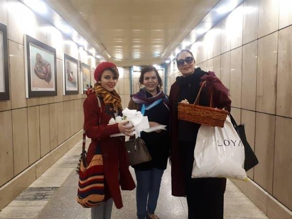 """إيران تحتجز 3 ناشطات.. والسبب """"توزيع ورود"""""""