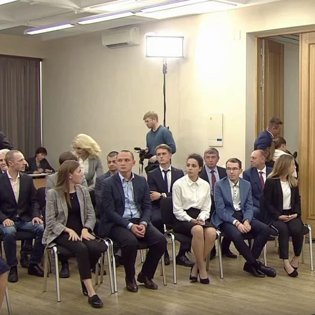 شاهد.. طالبة تفقد وعيها أثناء لقاء مع بوتين