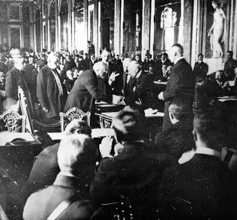 صورة فوتوغرافية لعملية توقيع معاهدة فرساي