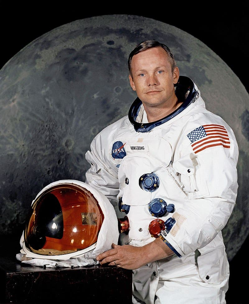 صورة للأميركي نيل أرمسترونغ أول انسان يخطو على سطح القمر