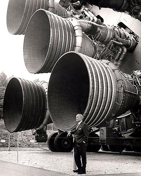 صورة لفيرنر فون براون قرب أحد الصواريخ