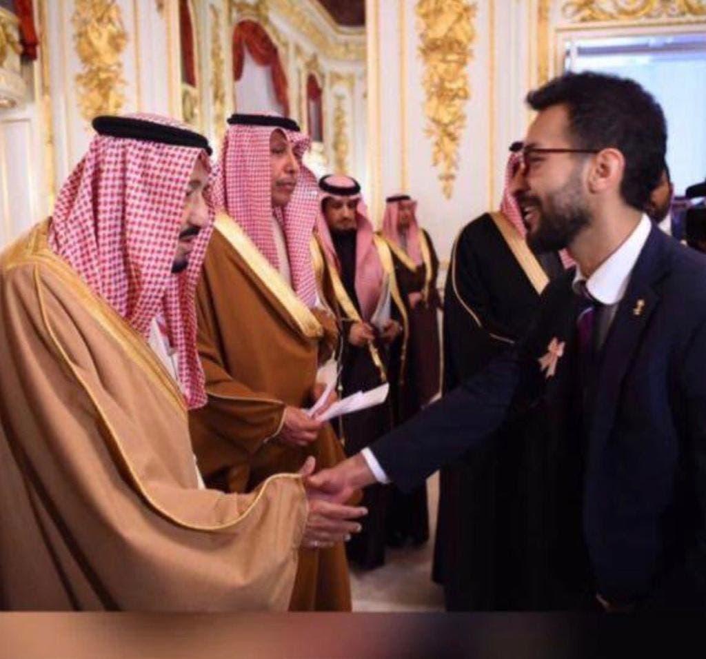 يصافح العاهل السعودي الملك سلمان