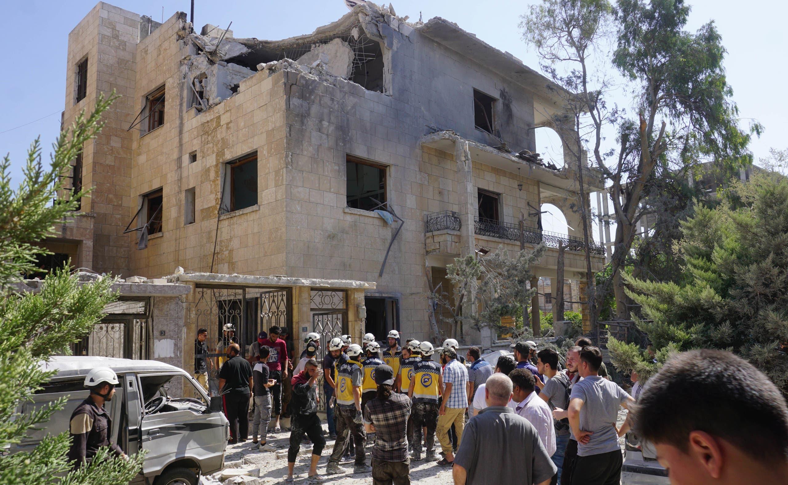 أحد المباني السكنية التي تعرضت للقصف وسط إدلب
