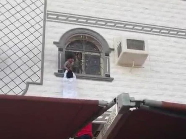 مشهد بطولي.. إنقاذ أطفال من النيران في مكة