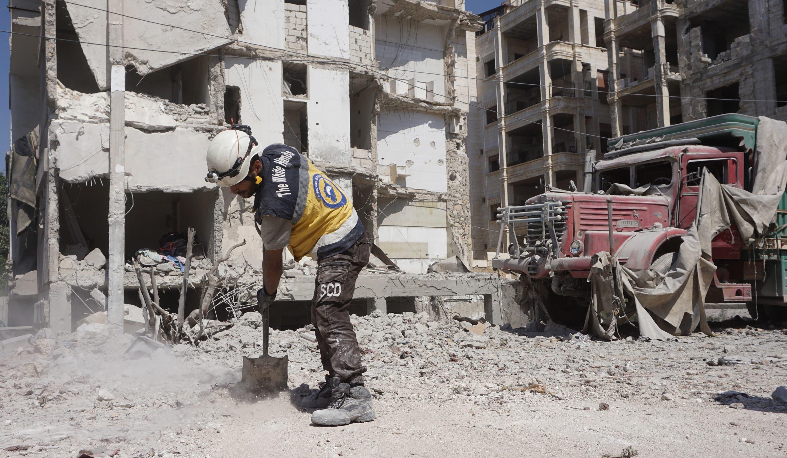 إزالة الأنقاض وسط إدلب بعد القصف