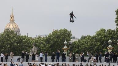 فيديو يقطع الأنفاس.. رجل بلا طائرة يحلق بسماء باريس