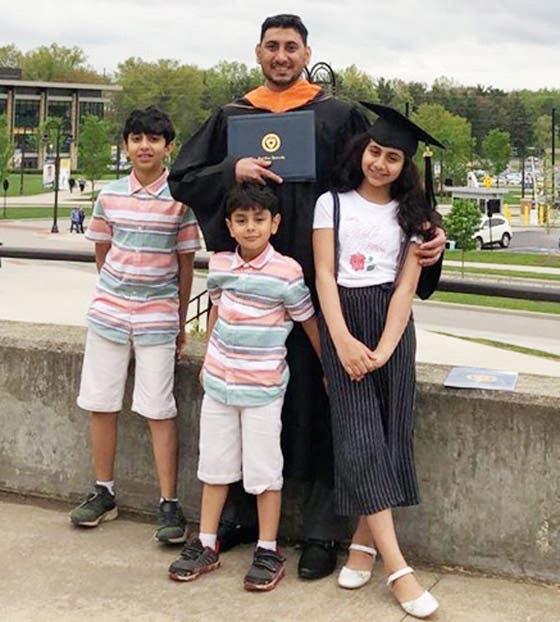 قاسم عداوي مع عائلته