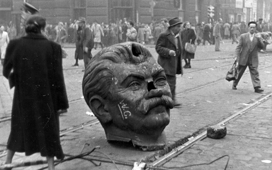 صورة لرأس تمثال ستالين خلال احتجاجات المجر عام 1956
