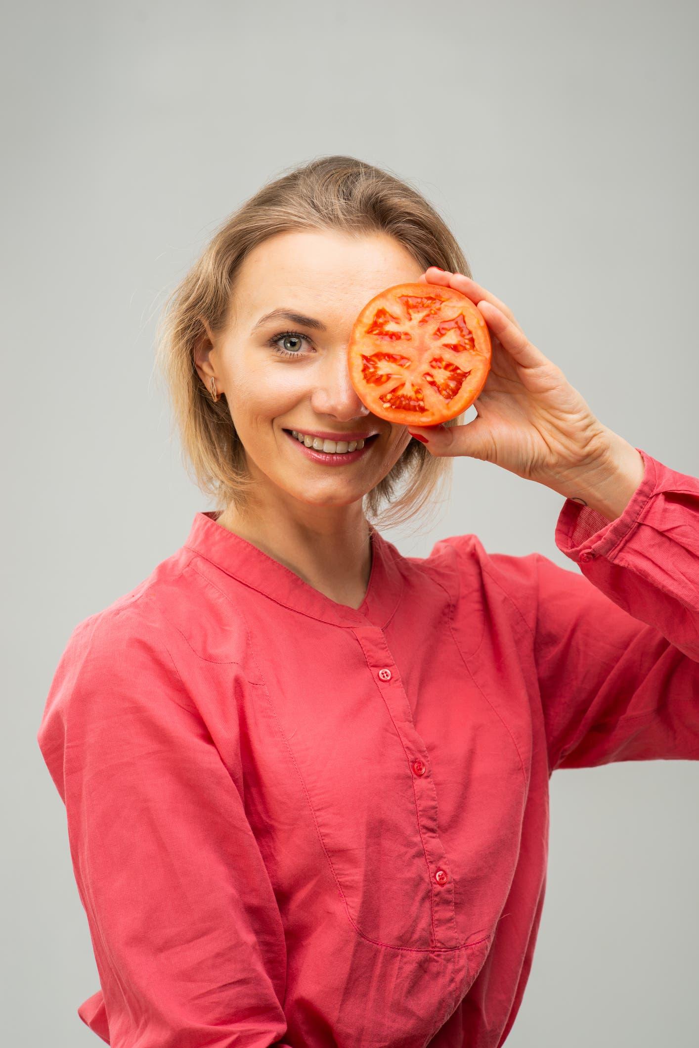 تساعد الطماطم على تهدئة ضربات الشمس والتخفيف من احمرار البشرة