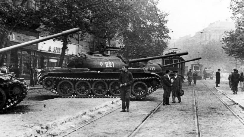 صورة لعدد من الدبابات السوفيتية بالمجر لقمع الاحتجاجات عام 1956