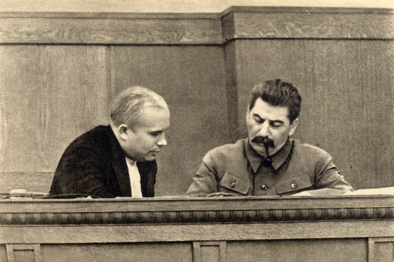 صورة تجمع بين ستالين وخروتشوف