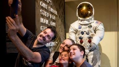 عرض الزي الفضائي لنيل أرمسترونغ في رحلته إلى القمر