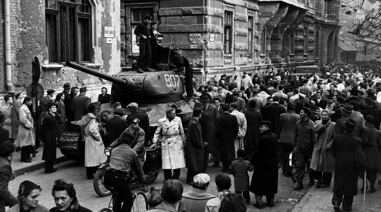 صورة لعدد من المحتجين المجريين عام 1956