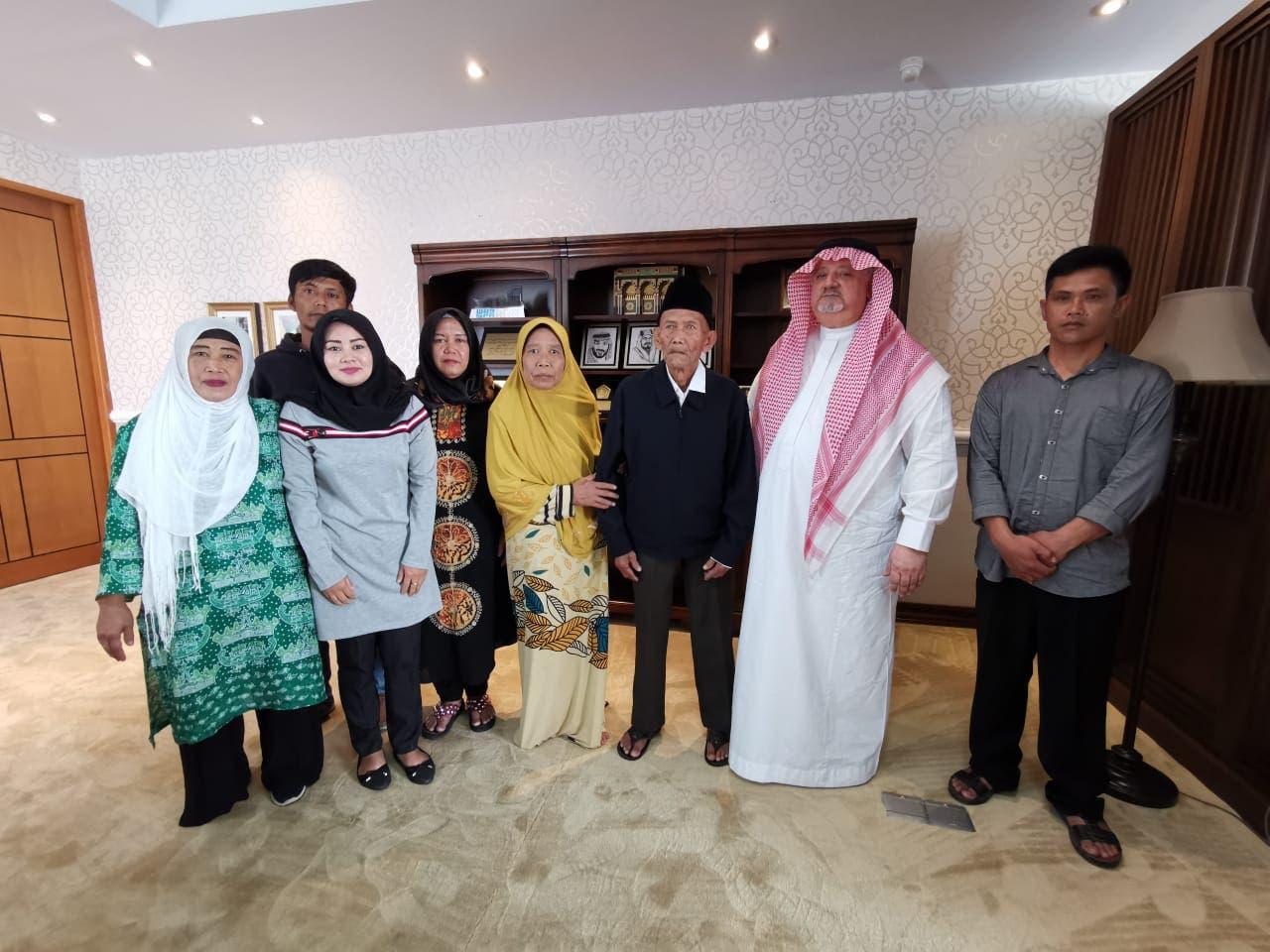 عائلة المعمر الإندونيسي مع السفير السعودي