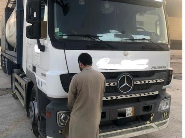 """بالفيديو.. سائق شاحنة """"متهور"""" يعكس السير وسط الرياض"""