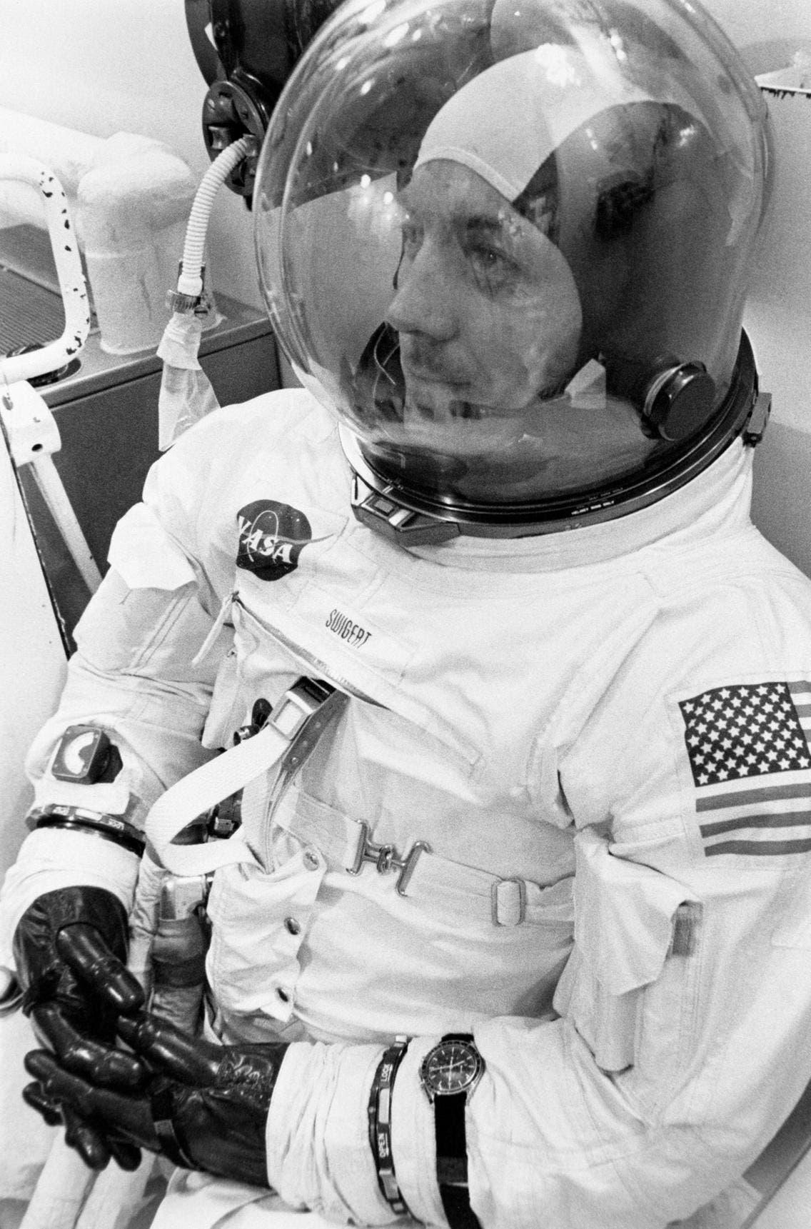 رائد الفضاء جاك سويغرت أثناء التحضير لإنطلاق رحلة أبولو13 في 1970 وفي يده ساعة أوميغا