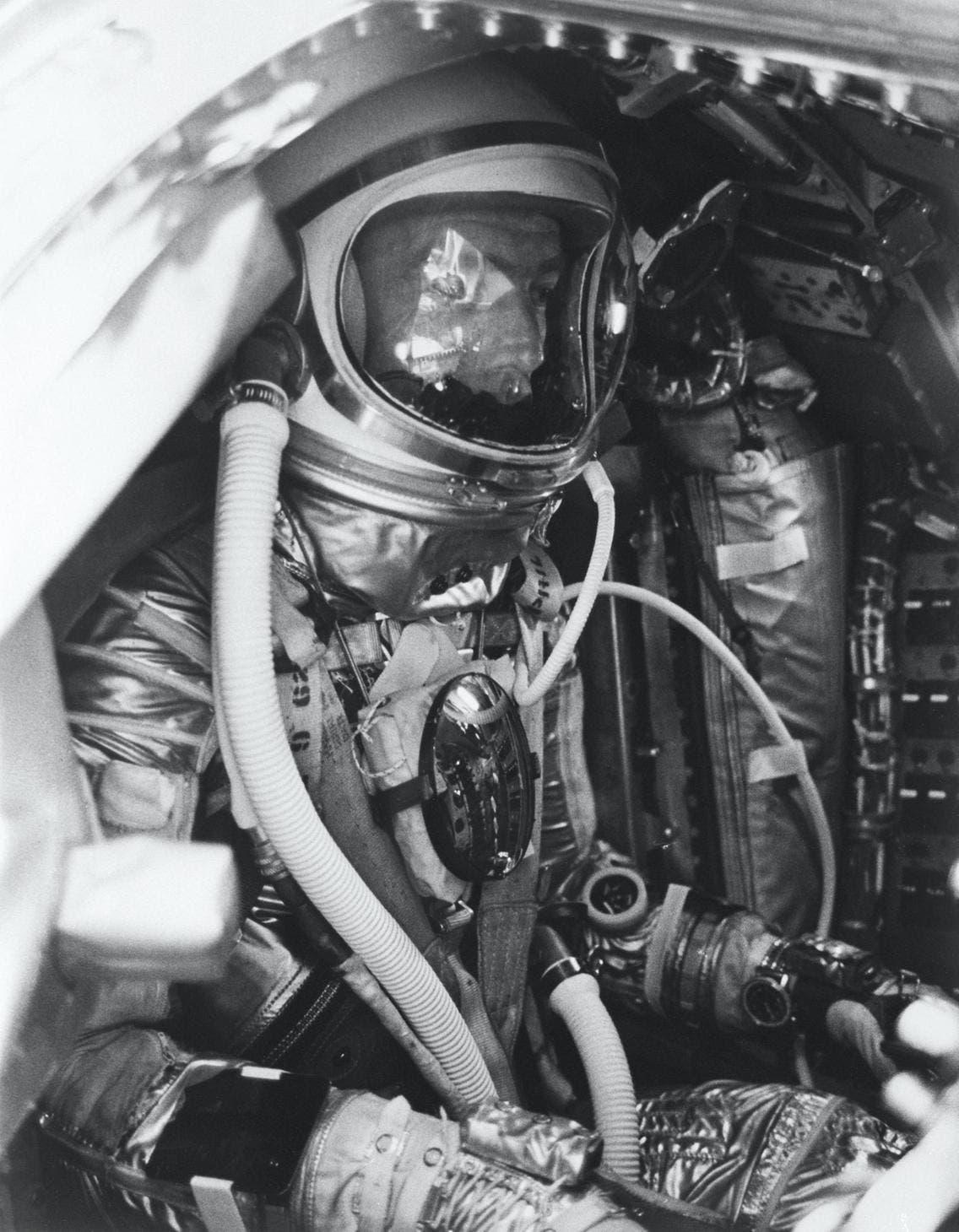 رائد الفضاء سكوت كاربنتر في مركبة أورورا7خلال العام 1962 وهو يرتدي ساعة بريتلينغ نايفي تايمر
