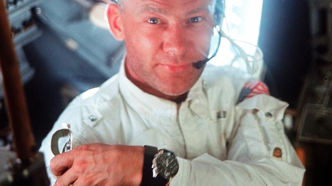 رائد الفضاء باز ألدرن خلال رحلة أبولو 11في 20 تموز 1969 وفي يده ساعة أوميغا سبيدماستر