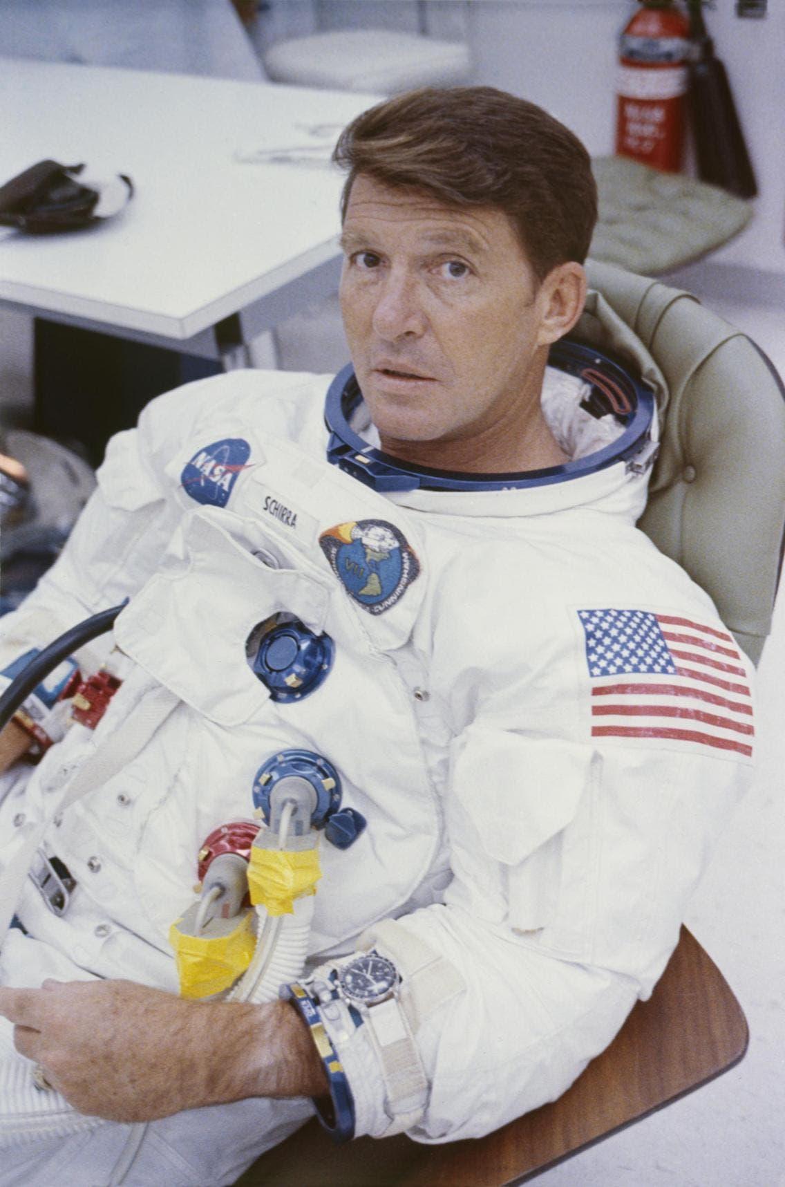رائد الفضاء والتر شيرا أثناء التدريبات على الرحلات الفضائية في1968 بمركز كينيدي للفضاء وفي يده ساعة أوميغا سبيدماستر