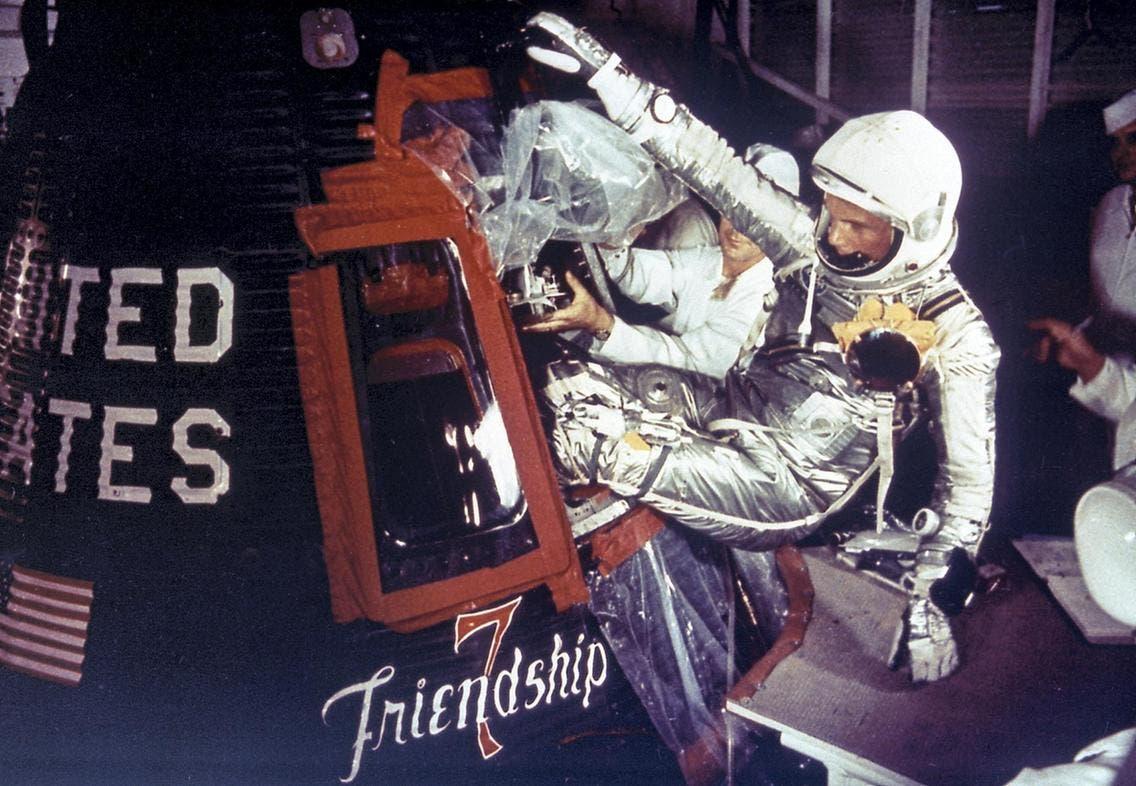 رائد الفضاء جون غلسين في 1971 وهو يرتدي ساعة تاغ هوير ستوب واتش