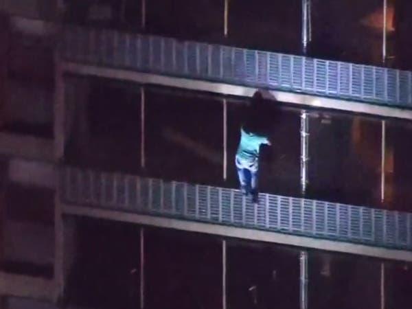 """رجل عنكبوت.. هرب من حريق عبر """"تسلق"""" مبنى من 15 طابقاً"""