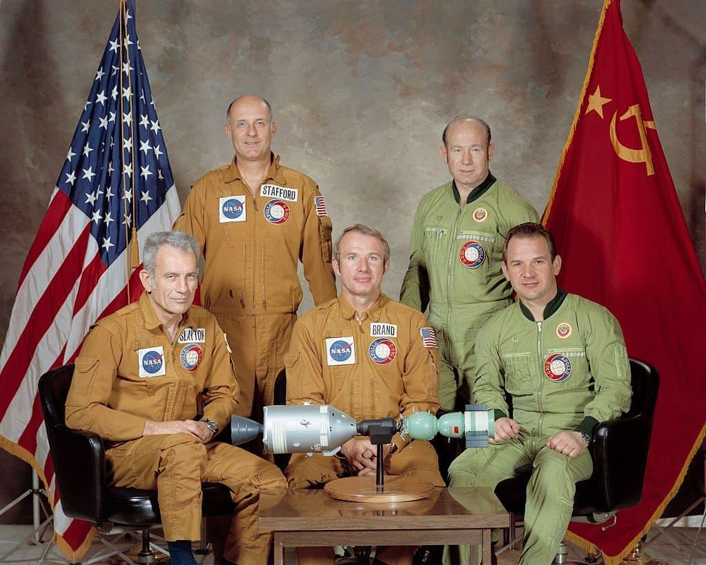 صورة تجسد رواد الفضاء الأميركيين والسوفيت المشاركين بمشروع أبولو سيوز التجريبي