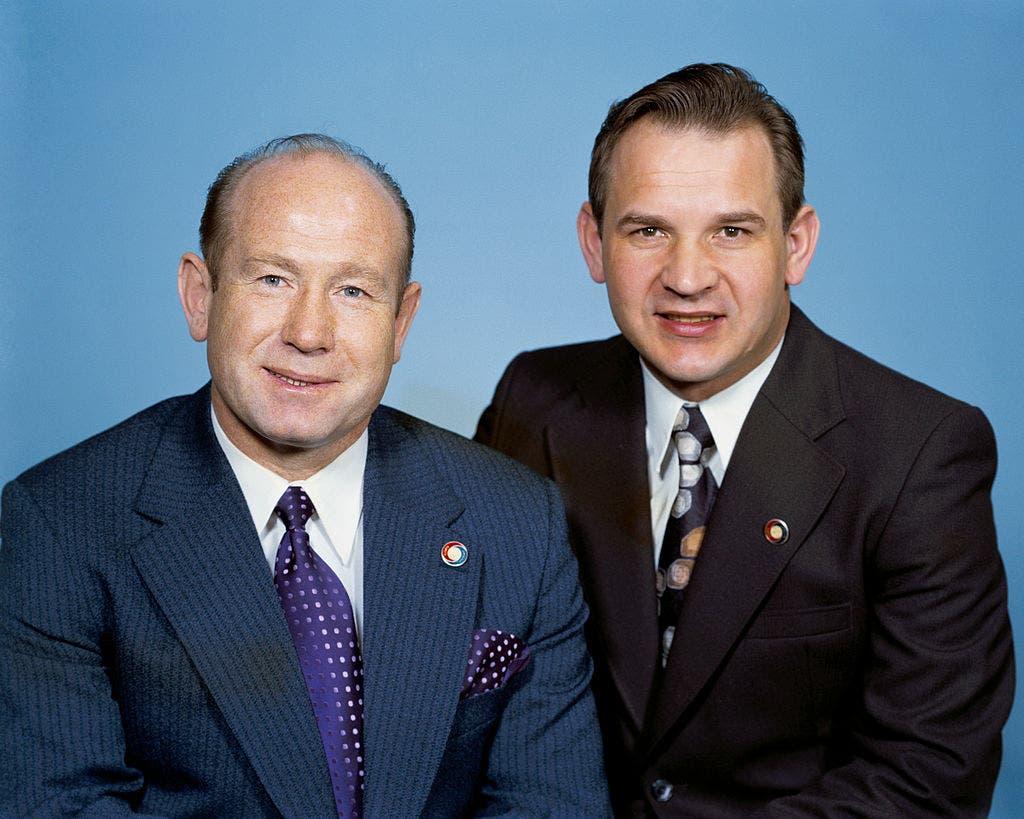 كوباسوف (إلى اليمين) وبجواره ليونوف