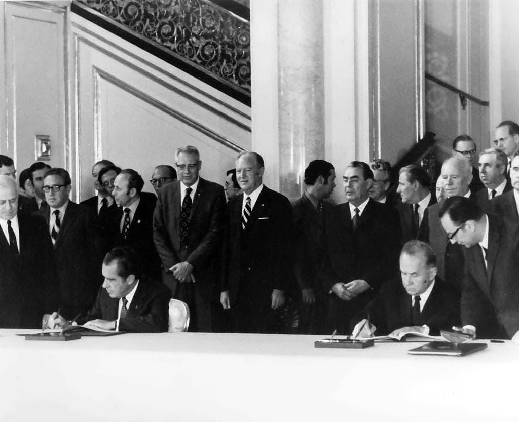 صورة للمسؤولين الأميركيين والسوفيت خلال توقيعهم لاتفاقية تعاون في مجال الفضاء