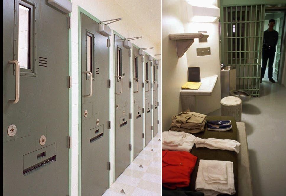 الزنزانات مجاوة لبعضها بطريقة لا تسمح للقابع في زنزانته 23 ساعة باليوم، أن يري أي سجين آخر من فتحة بابها