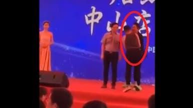 شاهد لحظة محاولة قتل ممثل على المسرح.. طعنه أمام الملأ