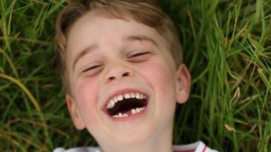 الأمير جورج في عامه السادس.. مبتسم بقميص منتخب إنجلترا