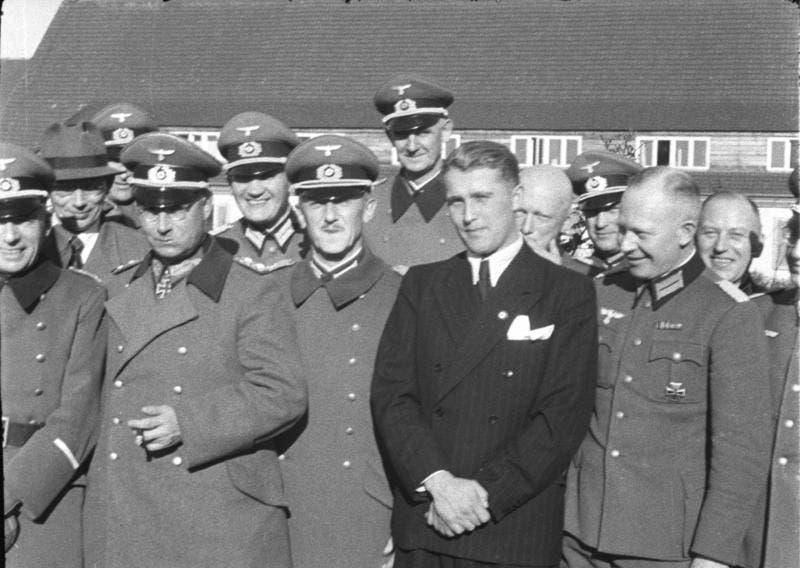 فيرنر فون براون بالزي المدني رفقة عدد من قيادات جيش ألمانيا