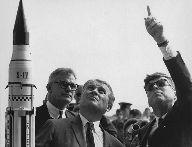 المهندس فيرنر فون براون والرئيس الأميركي جون كينيدي