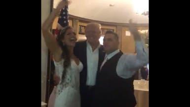 شاهد.. ترمب يفاجئ عروسين بحضور حفل زفافهما