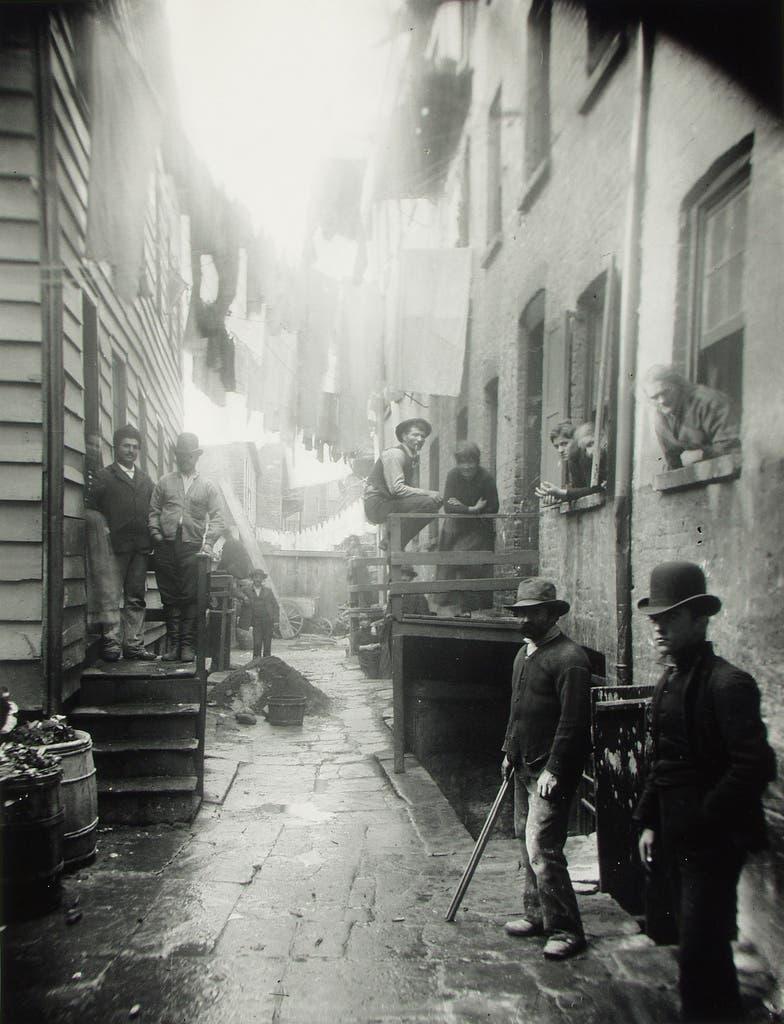 جانب من الأحياء الفقيرة بنيويورك أواخر القرن التاسع عشر
