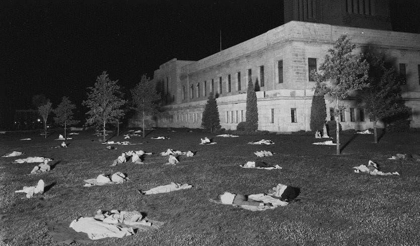 أميركيون أثناء فترة نومهم بإحدى الحدائق خلال موجة الحر عام 1936