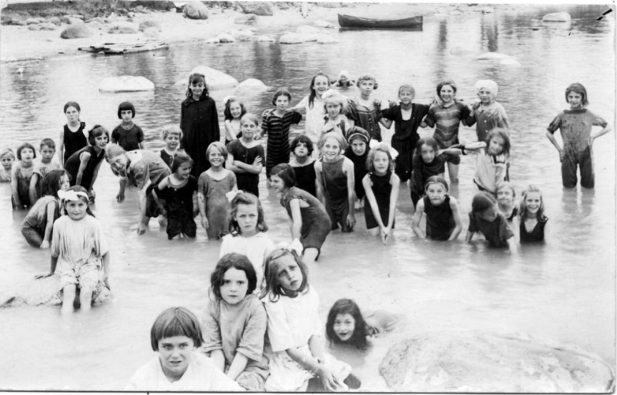 أطفال يسبحون بإحدى برك المياه بتورنتو بكندا عام 1936