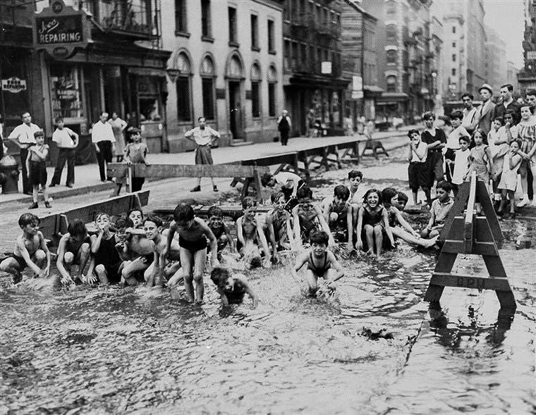 أطفال يسبحون بإحدى برك المياه بنيويورك عام 1936 أثناء فترة موجة الحر
