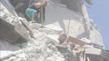 صورة قهرت السوريين.. طفلة تنقذ رضيعة من ركام القصف!