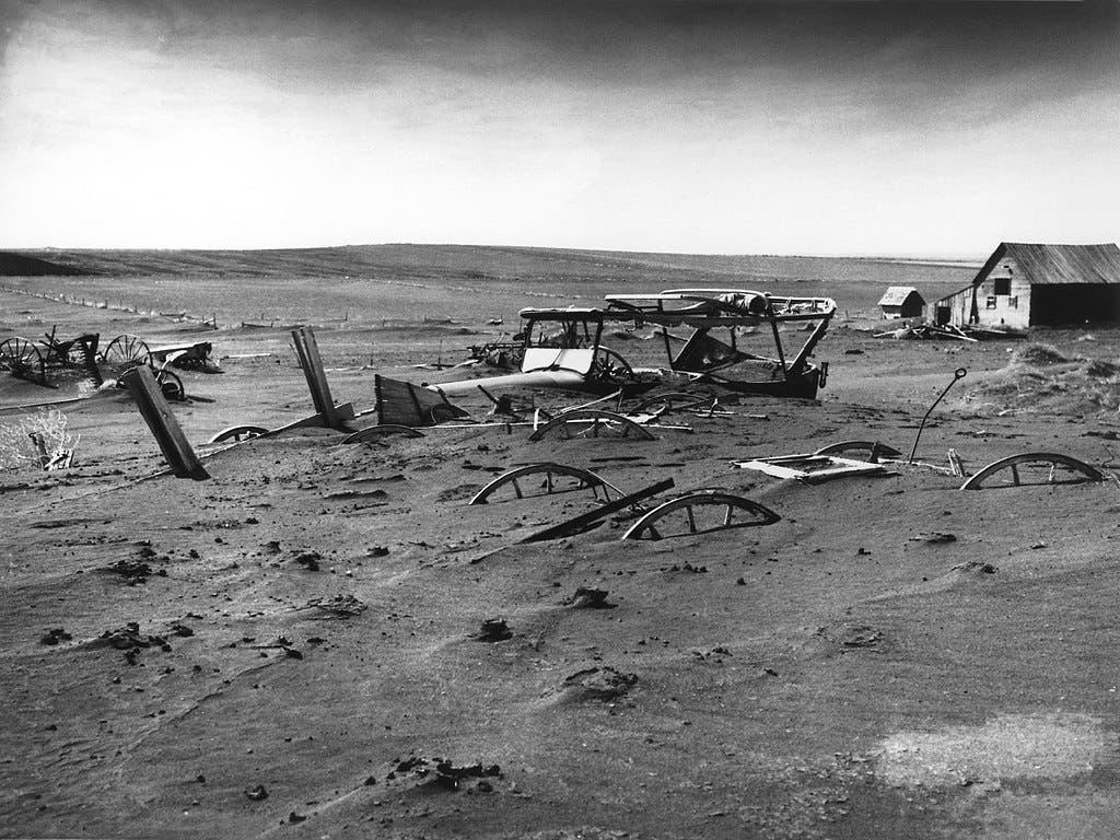 صورة لجانب من الخراب الذي سببته كارثة قصعة الغبار