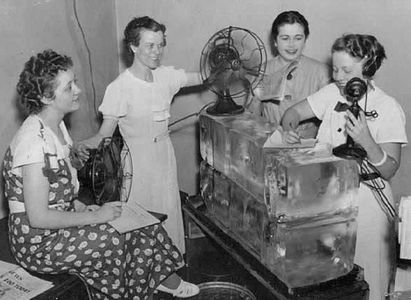 صحفيات حصلن على مكعبات الثلج ومروحتين للتبريد أثناء فترة عملهن خلال موجة حر عام 1936