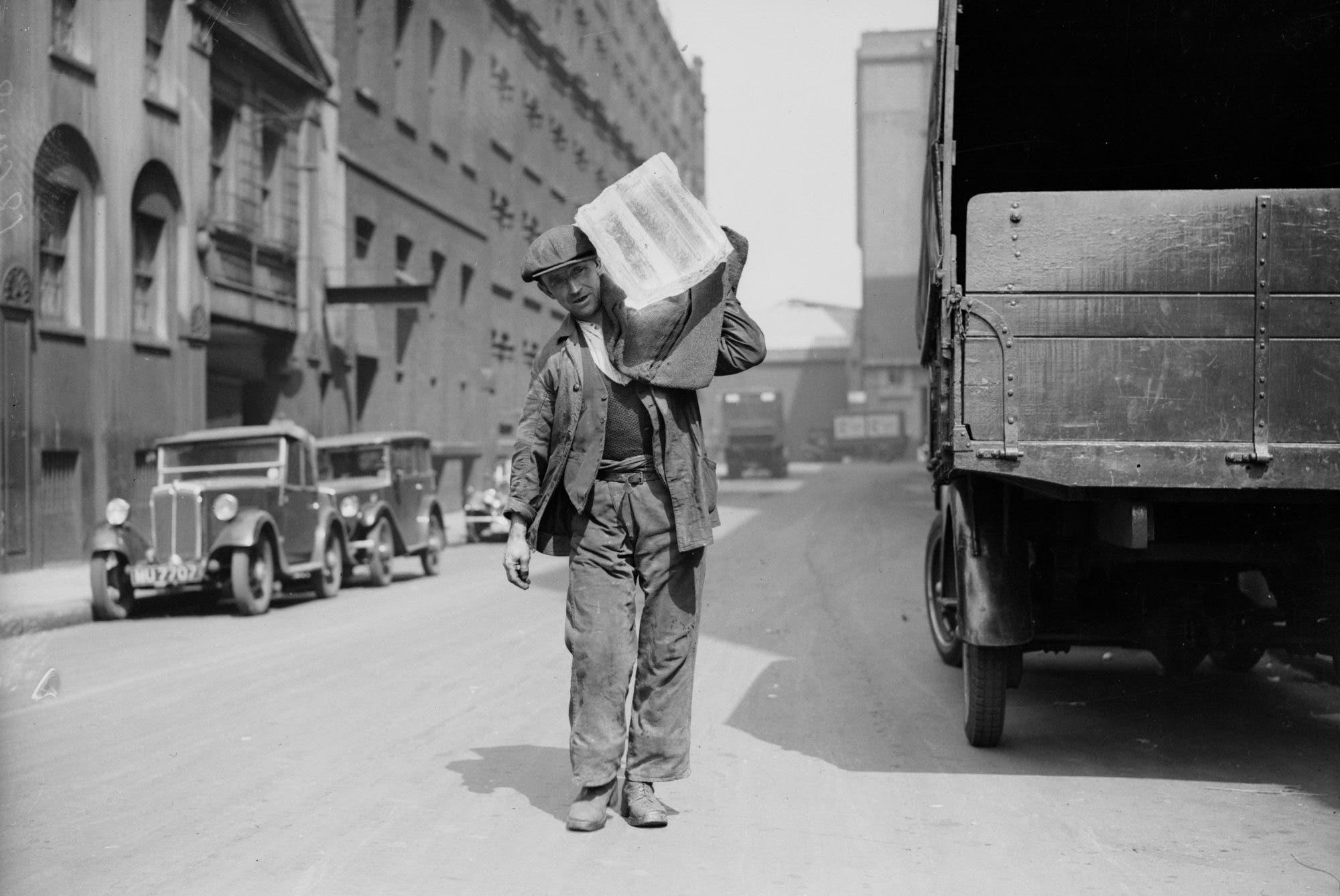 رجل أميركي وهو يحمل مكعب ثلج على كتفه أثناء موجة الحر عام 1936