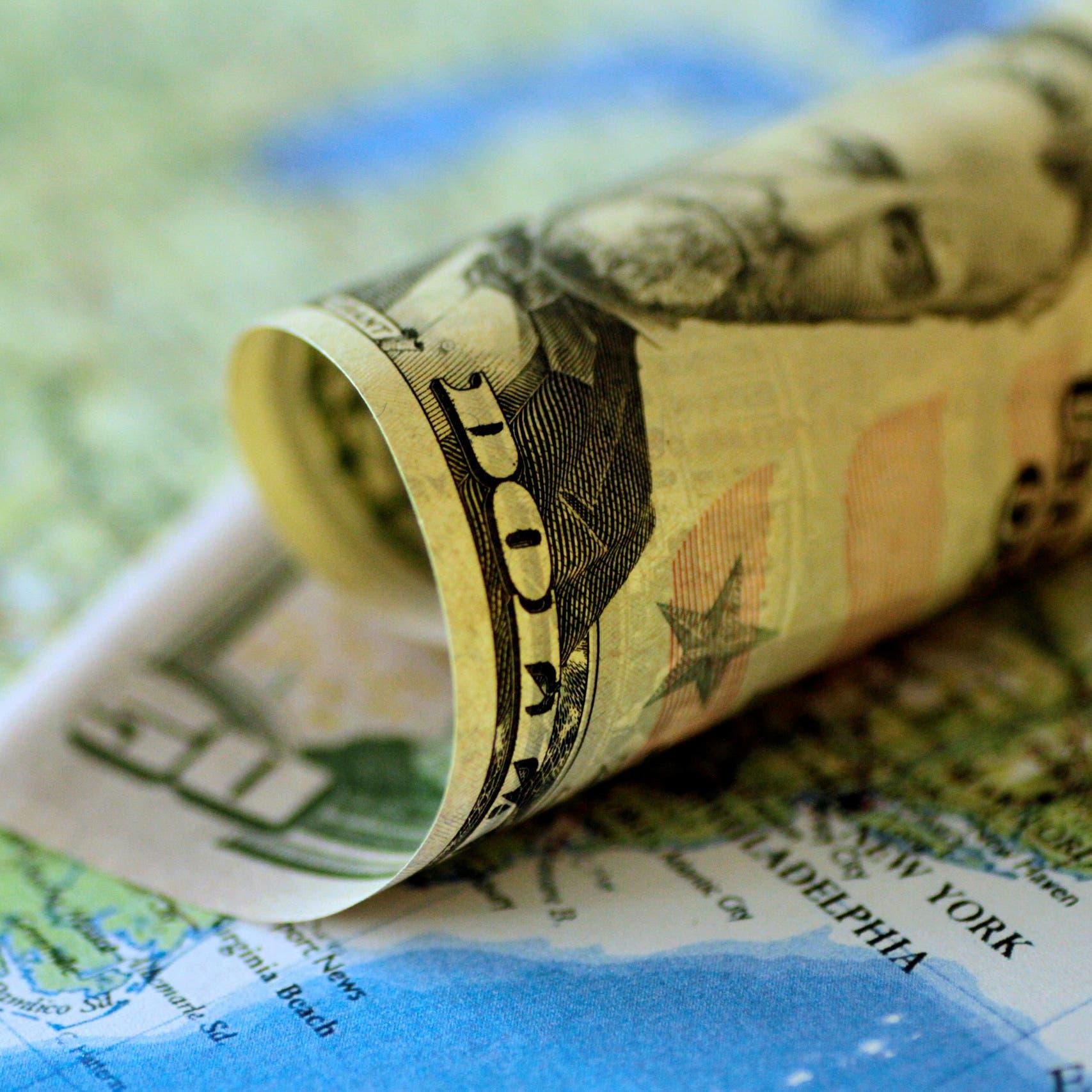 """نهاية إمبراطورية """"الدولار""""؟ فايننشال تايمز تتوقع انهياره بـ35%"""