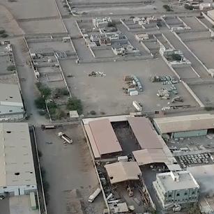 فيديو.. ميليشيا الحوثي تدمر مصنع ألبان في الحديدة
